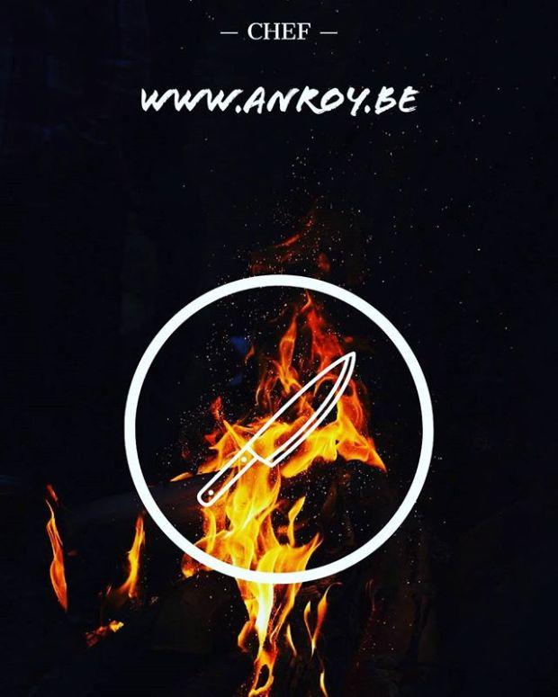 Een chef die vuur gebruikt om te koken met daarin het logo dat een chefmes is.